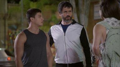 Gael decide avisar à polícia que Nat voltou - Duca pede que Bianca não fique com ciúmes e garante que ama a namorada