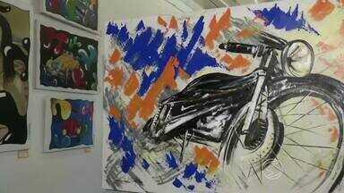 Exposição 'Impacto' apresenta trabalhos coloridos e vibrantes em Angra dos Reis, RJ - A mostra pode ser conferida na Casa de Cultura Poeta Brasil dos Reis, na Rua do Comércio, s/nº, esquina com a Rua Raul Pompeia, no Centro.