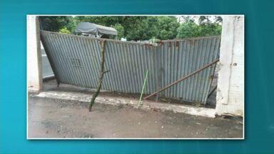 Portão do cemitério de Paranavaí está quase caindo - As imagens do portão escorado por pedaços de madeira foram enviadas por nossos telespectadores. Você também pode participar do Paraná TV. O nosso número é o (44) 9992-7714.