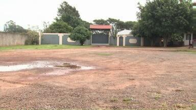 Polícia investiga morte em festa de aniversário de casamento - Um homem morreu e outro foi esfaqueado em uma festa no fim de semana em Maringá.