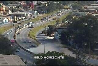 Quatro pessoas ficam feridas em grave acidente em Belo Horizonte - Uma carreta tombou e, segundo a polícia, pelo menos quatro carros foram atingidos.