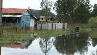 O rio Iguaçu está com um volume alto e preocupa os moradores - A água do rio Iguaçu já começou a alagar a casa de alguns moradores em União da Vitória.