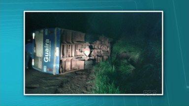Ônibus tomba entre São João do Caiuá e Santo Antônio do Caiuá - O acidente foi ontem, no começo da noite. O motorista estava sozinho e não teve ferimentos.