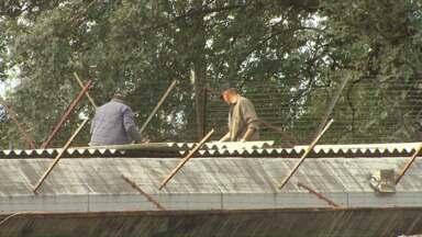Advogados doam telhas para cobrir delegacia - Os profissionais atendem apelo dos presos. Segundo os advogados, com as atuais condições, é difícil atender os detentos.