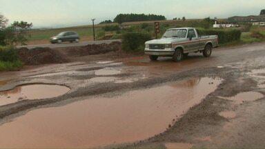 Marginal de rodovia está em péssimas condições - Quem precisa passar pela marginal da BR 369 enfrenta sérios problemas. Excesso de buraco e lama revolta motoristas que somam prejuízos.