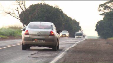 Rodovia PR-323, que liga Maringá a Umuarama, está cheia de buracos e remendos - Condições da estrada deixa motoristas indignados. Ainda não há previsão de quando rodovia será duplicada.