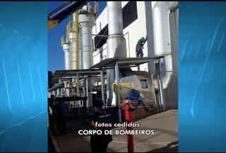 Operário é resgatado de plataforma de 30 metros em Montes Claros - Funcionário fazia manutenção em caldeira quando ficou preso.