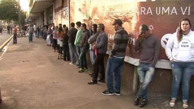 Filas aumentam e vagas diminuem na Agência do Trabalhador de Maringá - Todos os dias mais de 500 pessoas passam pela agência da cidade