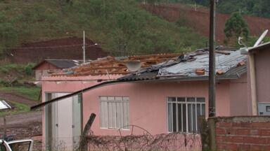 Famílias atingidas pelo tornado precisam de material de construção para reconstruir casas - As informações sobre as doações podem ser obtidas na secretaria de Ação Social. O telefone da entidade é: (46) 3520-2190.