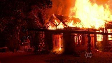 Vídeo Show mostra bastidores do incêndio da casa de Emília em Além do Tempo - Para dar realismo à cena, equipe de arte e cenografia caprichou nos efeitos