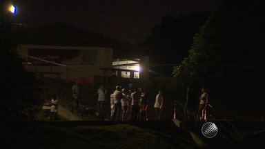 Integrantes de torcida organizada do Bahia cobram melhor desempenho de jogadores - O grupo foi até a escada que dá acesso ao campo e conversou com jogadores.