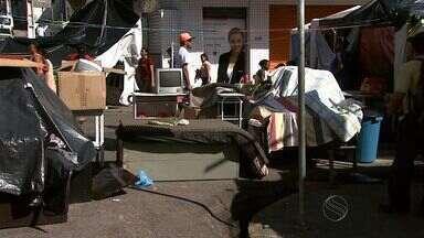 Famílias continuam acampadas em rua do Centro - Famílias continuam acampadas em rua do Centro.