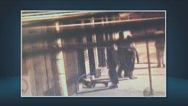 Câmeras da prefeitura ajudam Guarda Municipal a prender suspeitos em Piracicaba, SP - As imagens mostram a concentração do grupo em frente à loja. Os bandidos conseguem levantar a porta de uma loja e um deles entra por baixo.