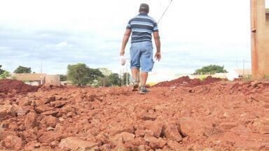 Prefeitura de Sarandi começa a colocar cascalho no Conjunto Bom Pastor - É uma tentativa de melhorar a mobilidade dos moradores enquanto o bairro não é asfaltado