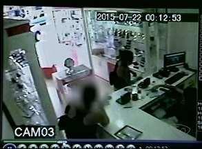 Mulher se passa por cliente e rouba loja no Norte do ES - Ela roubou um relógio e um óculos.