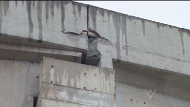 Homem, que esperava por ônibus, tem traumatismo craniano após queda de bloco de concreto - Blocos se soltaram de um viaduto em Cubatão, SP