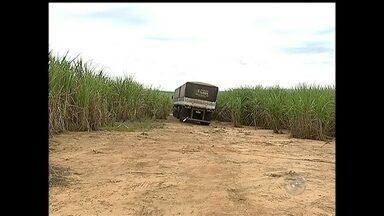Caminhoneiros são sequestrados em posto na Rodovia Raposo Tavares - Dois caminhoneiros foram sequestrados na noite desta segunda-feira (20) em um posto de combustíveis no quilômetro 113 da Rodovia Raposo Tavares (SP-270), em Araçoiaba da Serra (SP). Os criminosos roubaram pneus e baterias dos caminhões. Em seguida, soltaram as vítimas e os veículos em um canavial em Alambari (SP).