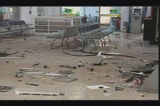 Câmera registra momento da explosão de caixa no aeroporto de Uberaba - Ladrões levaram gavetas com dinheiro após explosão no aeroporto. Infraero informou que dá todo apoio aos órgãos policiais na investigação.