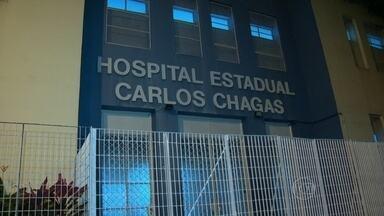 Homem de 42 anos é atingido por bala perdida no Morro da Serrinha - Ele chegou a receber socorro, mas não resistiu aos ferimentos. O crime aconteceu logo após homens armados serem flagrados no alto do morro.