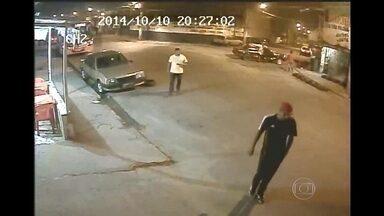 Divisão de Homicídios da Baixada investiga assassinato de comerciante em Queimados - A Polícia conseguiu imagens que mostram o rosto dos bandidos, mas ainda não conseguiu identificá-los. O assassinato aconteceu em outubro de 2014.