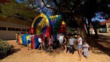 Escolas municipais de Belo Horizonte abrem as portas também nas férias - Crianças e adolescentes aproveitam o espaço para se divertir com brincadeiras. As atividades são gratuitas.