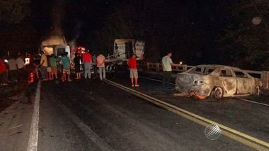 Bandidos tentam assaltar carro-forte em Barreiras, no oeste do estado - Houve troca de tiros entre os seguranças e os bandidos. Na fuga, os criminosos incendiaram dois carros.