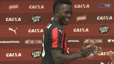 Zagueiro Kanu é apresentado oficialmente e promete lutar por espaço no Vitória - Confira as notícias do rubro-negro baiano.