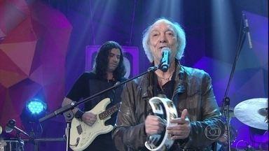 Erasmo Carlos canta no programa Altas Horas - Cantor se apresenta com a música 'De noite na cama'