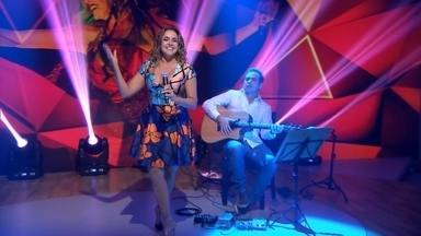 Daniela Mercury celebra aniversário no Fantástico - Daniela Mercury faz show 'voz e violão' no palco do Fantástico. A cantora também tocou canções de Gilberto Gil.
