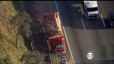 Acidente na Rodovia Castello Branco complica o trânsito na chegada a São Paulo - Um caminhão bateu na traseira de outro caminhão, na altura do Km 48. Parte da carga de tijolos ficou espalhada na pista, interditando a rodovia, no sentido capital.