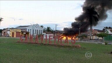 Morte de mototaxista revolta moradores no sul da Bahia - Os moradores queimaram pneus, pedaços de madeira e um ônibus. Os manifestantes também bloquearam uma estrada e cercaram a casa de um adolescente suspeito de participar do crime.