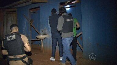 Mais de 60 presos fogem de delegacia no Paraná - Fuga aconteceu em uma delegacia superlotada. Bandidos abriram buraco nas celas e renderam plantonista.
