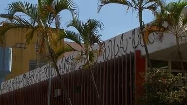Moradores do DF reclamam da quantidade de pichações nas ruas - Nem as câmeras de segurança inibem o vandalismo. A Novacap diz que gasta mais de R$ 6,8 mil por dia com a limpeza.