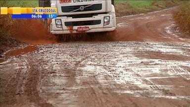 Estrada prometida na Região Noroeste causa problemas para motoristas - A via é feita de terra, e quando chove, vira só lama.