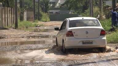 Empresários relatam perdas e ameaçam sair de rua por conta de buracos em Lauro de Freitas - Envie também sua denúncia para jm@redebahia.com.br.