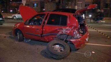 Perseguição policial termina com 11 carros batidos em São Paulo - Alguns veículos tiveram perda total. Outros perderam lanterna, retrovisor e para-choque. Duas pessoas ficaram feridas. O suspeito foi atingido por um tiro de raspão.