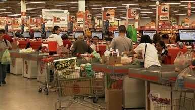 Instabilidade na economia faz brasileiro voltar com prática comum e tempos de inflação - Para tentar se adaptar ao momento econômico, consumidores voltaram a fazer as compras do mês. Um levantamento feito pelos supermercados mostrou que preços dos alimentos e produtos de limpeza aumentaram mais que a inflação de maio para junho.