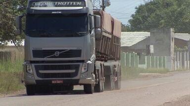 Motoristas de veículos pesados participaram de treinamento de segurança nas estradas - Os acidentes nas estradas envolvendo carretas e caminhões pesados são preocupantes. Só neste ano três pessoas morreram nas rodovias do estado. Para garantir mais segurança nas estradas, os motoristas de veículos pesados participaram de um treinamento.