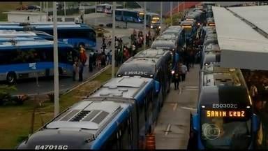 Ônibus do BRT quebra no terminal Alvorada e provoca grande congestionamento - Um ônibus articulado quebrou na chegada ao terminal. Por causa do problema, nenhum veículo conseguiu manobrar. Passageiros desceram dos ônibus fora da plataforma. As estações ficaram lotadas.
