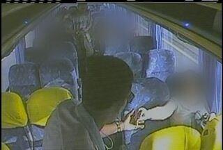 Circuito interno mostra imagens de assalto a ônibus que seguia para Petrópolis, no RJ - Dinheiro e objetos pessoais de sete passageiros foram roubados.