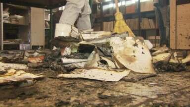Alunos voltam às aulas depois de incêndio em biblioteca - Crime está sendo investigado