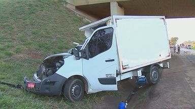 Acidente entre caminhão e carreta deixa uma criança morta em Araraquara - Acidente entre caminhão e carreta deixa uma criança morta em Araraquara