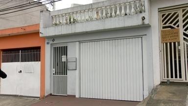 Pai, mãe e filho são encontrados mortos dentro de casa em Guarulhos - O pai, a mãe, e o filho de 24 anos foram encontrados mortos dentro de casa em Guarulhos, na Grande São Paulo. A polícia está investigando o caso.
