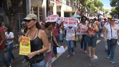 Servidores estaduais da Saúde fazem manifestação em Salvador - A categoria está em greve desde o dia 17 de julho. Entre as reivindicações, está o pedido de regulamentação do plano de carreira.