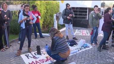 Professores e estudantes protestam em frente à casa do governador Beto Richa - Ato lembra os três meses do confronto entre manifestantes e policiais no Centro Cívico de Curitiba.