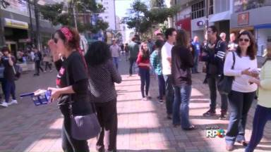 Professores fazem ato público no Calçadão - Com panfletagem, eles relembraram os três meses da violência sofrida por professores e estudantes no Centro Cívico em Curitiba.