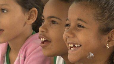 Crianças de uma creche em Juazeiro se divertem com visita de mágicos - Dois mágicos de Recife foram até a instituição para levar uma mensagem de esperança com diversão.