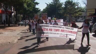 Servidores públicos em greve fazem manifestação no centro de Foz - A mobilização começou na Praça do Mitre. Depois os servidores fizeram uma passeata pelas ruas do centro de Foz.