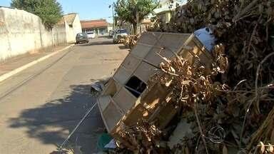 Lixo em ruas de bairro da capital é motivo de reclamações - O Tereré com Cabral foi verificar como os montes de entulho foram formados em várias ruas do bairro