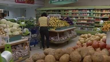 Preços Frutas e verduras são os que mais elevaram com a inflação - Ir ao supermercado anda pesando no bolso do consumidor, que precisa se virar como pode para escapar dos preços altos. A maior elevação foi no setor de frutas e verduras.